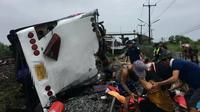 Kecelakaan antara kereta dengan bus di dekat kota Bangkok, Thailand. (Foto: Twitter / Ruamduay)