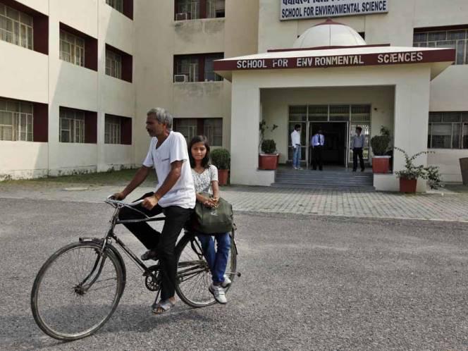 Sang ayah senantiasa mengantar jemput meski dengan sepeda kayuh(c) AP