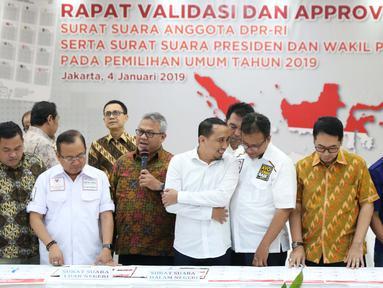 Ketua KPU RI, Arief Budiman (ketiga kiri) bersama perwakilan partai politik saat penandatangan persetujuan surat suara pemilihan Presiden dan Wakil Presiden serta anggota DPR RI pemilu 2019 di Jakarta, Jumat (4/1). (Liputan6.com/Helmi Fithriansyah)