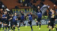 Para pemain Inter Milan merayakan kemenangan 3-0 atas Frosinone dalam lanjutan Liga Italia di Giuseppe Meazza, Minggu (25/11/2018).  (AP Photo/Antonio Calanni)