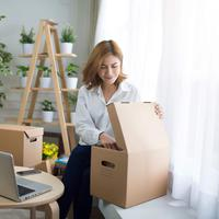 ilustrasi perempuan packing/copyright by AnemStyle from Shutterstock