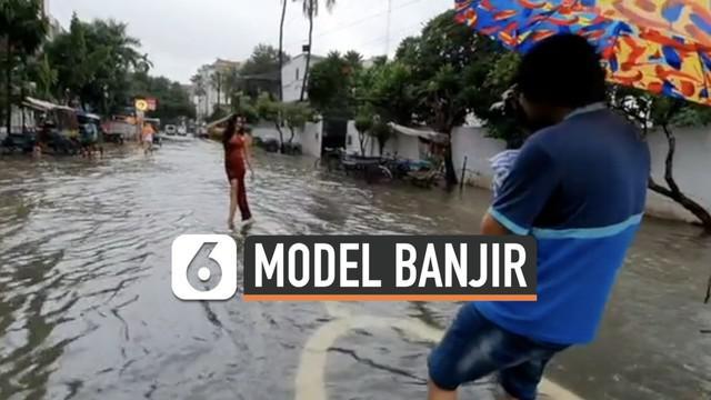 Seorang mahasiswi berpose di tengah banjir Kota Patna, India. Aksi itu ia lakukan untuk menyebarkan informasi terkini kota Patna yang dilanda banjir sejak akhir September 2019.
