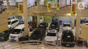 Pedagang mengelap mobil bekas yang dijual di Jakarta, Senin (24/2/2020). Realisasi penjualan mobil bekas pada Januari 2020 mencapai 2.100-an unit, menurun 8,69 persen dibandingkan penjualan pada Januari 2019 yang mencapai 2.300 unit. (Liputan6.com/Angga Yuniar)