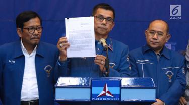 Sekjen Partai Demokrat, Hinca IP Pandjaitan XIII (tengah) menunjukkan surat dari Susilo Bambang Yudhoyono (SBY), Jakarta, Kamis, (28/2). SBY berpesan agar para kader dan caleg tetap solid dalam masa kampanye Pemilu 2019. (Liputan6.com/Helmi Fithriansyah)