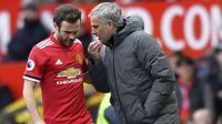 Pelatih Manchester United, Jose Mourinho memberikan masukan kepada Juan Mata saat melawan Swansea pada laga Premier League di Old Trafford, (31/3/2018).  Manchester United menang 2-0. (Anthony Devlin/PA via AP)