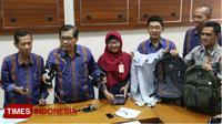 Rektor UAD Dr Kasiyarno (dua dari kiri) menunjukkan alat yang digunakan dalam praktik perjokian saat tes masuk Fakultas Kedokteran. (TIMES Indonesia/A Riyad)