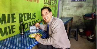 Sebagai selebriti Ari Wibowo terlihat tak segan-segan mampir di pinggir jalan untuk menikmati makanan atau minuman. Delapan potret artis senior yang telah membintangi banyak sinetron sedang menikmati jajanan di pinggir jalan.(Instagram/ariwibowo_official)