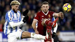 Aksi pemain Liverpool, Jordan Henderson (kanan) menghalau bola dari kaki pemain Huddersfield Town, Philip Billing pada lanjutan Premier League di John Smith's Stadium, Huddersfield, (30/1/2018). Liverpool menang 3-0. (Martin Rickett/PA via AP)