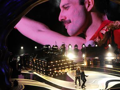 Layar menampilkan gambar Freddie Mercury mengiringi band Queen dan Adam Lambert yang membuka perhelatan Oscar 2019 di Dolby Theatre, Los Angeles, Minggu (24/2). Queen menghentak panggung Oscar 2019 lewat lagu We Will Rock You. (Chris Pizzello/Invision/AP)