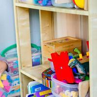 Ini 3 Cara Pintar Mam Ajarkan Si Kecil Merapikan Mainannya Sendiri