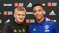 Mason Greenwood bersama manajer Manchester United (MU) Ole Gunnar Solskjaer usai menandatangani kontrak. (Dok MU)