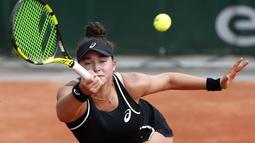 Ekspresi petenis Amerika, Caroline Dolehide menjangkau bola saat melawan Madison Keys pada ajang Prancis Terbuka 2018 di Roland Garros stadium, Paris, (30/5/2018).  (AP/Thibault Camus)