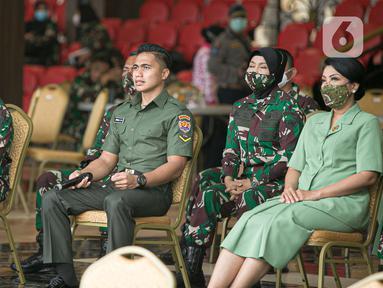 Serda Aprilia Manganang (kedua kiri) didampingi KSAD Jendral TNI Andika Perkasa (kiri) menjalani sidang perubahan status jenis kelamin dan pergantian nama di Pengadilan Negeri Tondano secara virtual di Mabes TNI AD, Jakarta, Jumat (19/3/2021). (Liputan6.com/Faizal Fanani)