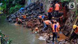 Pekerja memasang bronjong untuk menahan longsor susulan di Jalan Raya Tanah Baru, Depok, Jawa Barat, Kamis (9/1/2020). Sebelumnya, beberapa titik sepanjang Jalan Raya Tanah Baru mengalami longsor akibat hujan deras yang melanda. (merdeka.com/Magang/Muhammad Fayyadh)