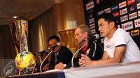 Pelatih Timnas Thailand, Kiatisuk Senamuang (kanan) memberi keterangan jelang final kedua Piala AFF 2016 di Bangkok, Thailand, Jumat (16/12). Indonesia akan melakoni final kedua Piala AFF 2016 melawan Thailand. (Liputan6.com/Helmi Fithriansyah)