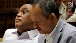 Menteri Pemberdayaan Aparatur Negara dan Reformasi Birokrasi Syafruddin (kiri) rapat kerja dengan Komisi II DPR di Jakarta, Selasa (30/10). Rapat diikuti Komisi Aparatur Sipil Negara (KASN) dan Badan Kepegawaian Negara (BKN). (Liputan6.com/JohanTallo)