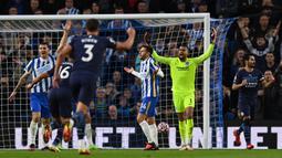 Manchester City sudah unggul 1-0 pada menit ke-13. Sepakan Ilkay Guendogan (kanan) usai meneruskan bola liar dari Bernardo Silva tidak mampu dihalau kiper Brighton, Robert Sanchez. (AFP/Glyn Kirk)