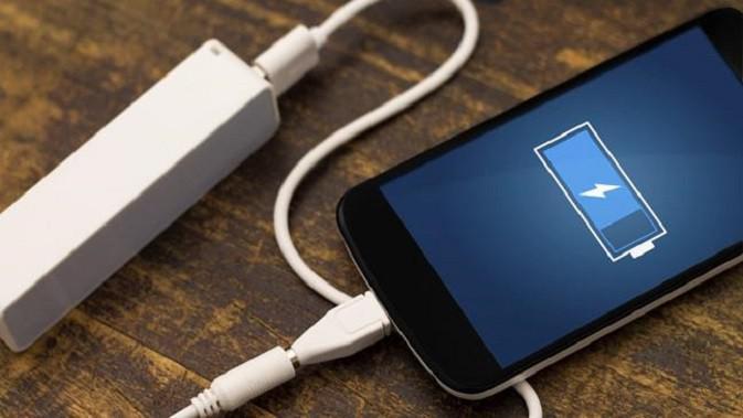 Ilustrasi isi daya baterai ponsel.