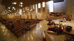 Para jemaat berkumpul untuk misa pada malam Natal di Katedral Our Lady of the Angels, Los Angeles, Amerika Serikat,  Kamis (24/12/2020). Natal tahun ini dirayakan oleh umat Kristiani dunia di tengah pandemi COVID-19. (AP Photo/Ashley Landis)