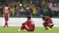 Pemain Indonesia tampak kecewa usai takluk dari Malaysia pada laga semifinal Sea Games 2017 di Stadion Shah Alam, Selangor, Sabtu (26/8/2017). Malaysia menang 1-0 atas Indonesia. (Bola.com/Vitalis Yogi Trisna)
