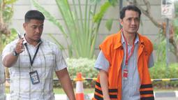 Konsultan Lippo Group Fitra Djaja Purnama dikawal petugas tiba di gedung KPK, Jakarta, Selasa (30/10). Fitra diperiksa terkait dugaan memberi suap atau janji penguruasn perizinan proyek pembangunan Meikarta di Kab Bekasi. (Merdeka.com/Dwi Narwoko)
