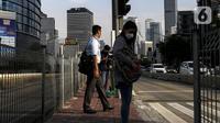 Aktivitas pekerja pada saat jam pulang kantor di kawasan Sudirman, Jakarta, Selasa (18/5/2021). Kamar Dagang dan Industri bersama pemerintah telah resmi memulai program Vaksinasi Gotong Royong untuk para pekerja swasta. (Liputan6.com/Johan Tallo)