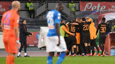 Pemain AS Roma merayakan gol keempat mereka saat melawan Napoli pada pertandingan Liga Italia Serie A di stadion San Paolo di Naples, Italia (3/3). AS Roma berhasil mempermalukan tuan rumah Napoli 2-4. (Ciro Fusco / ANSA via AP)