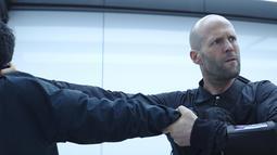 """Aktor Jason Statham saat beradegan dalam film terbarunya """"Fast & Furious Presents: Hobbs & Shaw."""". Film ini sedikit berbeda lantaran aksi balap-balapan kali ini lebih mengedepankan aksi Hobbs dan Shaw. (Universal Pictures via AP)"""