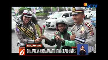 Pengendara di Jalan Raya Bogor belakangan terkejut dengan berbagai ulah polisi yang mulai memberikan bunga hingga atraksi sulap. Kok begitu, ya?