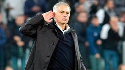 Manajer Manchester United, Jose Mourinho melakukan selebrasi kontroversi ke arah pendukung Juventus beberapa saat setelah Matchday 4 Grup H Liga Champions di Allianz Stadium, Rabu (7/11). MU mengalahkan Juventus 1-2. (Alessandro Di Marco/ANSA via AP)
