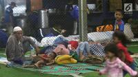 Warga korban Tsunami Anyer mengungsi di lapangan futsal Labuan, Banten, Minggu (23/12). Warga memilih mengungsi menunggu suasana di pesisir Pantai Selat Sunda pulih dan kondusif. (Liputan6.com/Angga Yuniar)