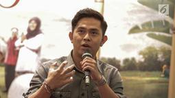 Penyanyi soundtrack film Guru Ngaji, Cakra Khan memberi keterangan saat jumpa pers di Jakarta, Senin (19/2). Dalam film ini, Cakra Khan menyanyikan soundtrack berjudul 'Jangan Mudah Putus Asa'. (Liputan6.com/Faizal Fanani)