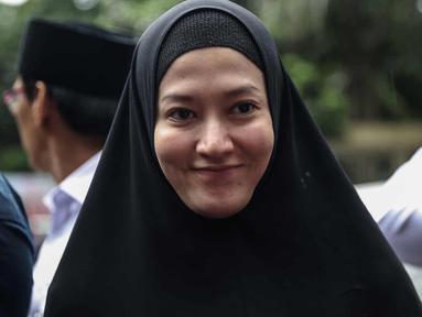 Lyra Virna tersenyum saat tiba di Ditreskrimsus Polda Metro Jaya, Jakarta, Kamis (22/3). Lyra datang untuk memenuhi panggilan terkait statusnya sebagai tersangka kasus dugaan pencemaran nama baik sebuah travel umrah. (Liputan6.com/Faizal Fanani)