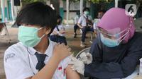 Paramedis memberikan suntikan vaksinasi kepada murid SMP di SMPN 11, Serpong, Tangerang Selatan, Rabu (14/072021). Dinas Kesehatan Tangerang Selatan menggelar vaksinasi COVID-19 perdana, Rabu (14/7/2021) dengan  menargetkan 1.000 pelajar. (merdeka.com/Arie Basuki)