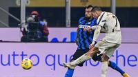 Cristiano Ronaldo melepas tendangan dan berusaha diblok Arturo Vidal. Inter Milan mengalahkan Juventus pada laga lanjutan Serie A 2020/2021, Senin (18/01/2021) dini hari WIB. (MIGUEL MEDINA / AFP)