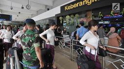 Pramugari berjalan di pintu keberangkatan Bandara Halim Perdanakusuma, Jakarta, Senin (11/6). Puncak arus mudik di Bandara Halim Perdanakusuma diprediksi akan terjadi pada H-2 Lebaran. (Liputan6.com/Iqbal S. Nugroho)