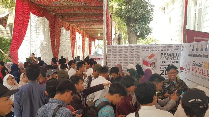 Masyarakat Indonesia di Mesir berbondong-bondong berkumpul di halaman kantor KBRI Kairo untuk menggunakan hak suara pada Pilpres 2019. (KBRI Kairo)#source%3Dgooglier%2Ecom#https%3A%2F%2Fgooglier%2Ecom%2Fpage%2F2019_04_14%2F304542