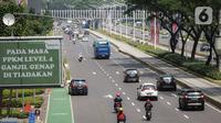 Sejumlah kendaraan melintas di kawasan Jalan Sudirman, Jakarta, Rabu (11/8/2021). Mulai 12 Agustus 2021, Polda Metro Jaya bakal kembali menerapkan aturan ganjil genap di sejumlah ruas jalan Ibu Kota dan meniadakan kebijakan penyekatan yang diterapkan selama PPKM Level 4. (Liputan6.com/Faizal Fanani)