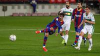 Striker Barcelona, Francisco Trincao (kiri) melepaskan tendangan ke gawang Elche dalam laga lanjutan Liga Spanyol 2020/21 pekan ke-24 di Camp Nou Stadium, Barcelona, Rabu (24/2/2021). Barcelona menang 3-0 atas Elche. (AP/Joan Monfort)