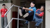 Tan Shie Boon mengawasi latihan parkour sang ibunda, Kim Chai (58) dan murid tertuanya Ann Tham (64).