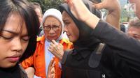 Tersangka Ratna Sarumpaet keluar dari mobil untuk memeriksa kesehatannya di Bidang Kedokteran dan Kesehatan (Biddokkes) Polda Metro Jaya, Jakarta, Rabu (10/10). Ratna Sarumpaet ditahan terkait kasus hoaks penganiayaan. (Liputan6.com/Johan Tallo)