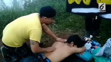 Seorang pria di Bogor menyediakan jasa pijat sambil ditemani musik punk.