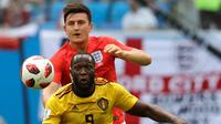 Penyerang Belgia, Romelu Lukaku berusaha mengontrol bola dari kawalan bek Inggris, Harry Maguire saat bertanding memperebutkan juara tiga Piala Dunia 2018 di Stadion St. Petersburg di St. Petersburg, Rusia, (14/7). (AP Photo/Petr David Josek)