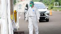 Petugas medis bersiap melakukan tes cepat diagnosa COVID-19 yang digelar secara drive thru di titik pengecekan Terminal Jatijajar, Depok, Jawa Barat, Kamis (28/5/2020). Tes cepat ini hasilnya langsung dikonfirmasi dan dilaksanakan hingga Jumat (29/5). (Liputan6.com/Helmi Fithriansyah)