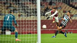 Striker Arsenal, Pierre-Emerick Aubameyang (tengah) melepaskan tendangan ke gawang Newcastle United dalam laga babak ke-3 Piala FA 2020/21 di Emirates Stadium, Sabtu (9/1/2021). Arsenal menang 2-0 atas Newcastle United melalui extra time. (AFP/Glyn Kirk/Pool)