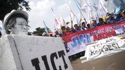 Dalam aksinya, massa membawa bendera dan spanduk bertuliskan 'JICT Tidak Butuh Asing', Kamis (7/8/14). (Liputan6.com/Faizal Fanani)
