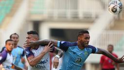 Pemain Persela Lamongan, Demerson Bruno Costa (kanan) melanggar pemain Persita Tangerang, Alex Dos Santos Goncalve dalam match day ketiga BRI Liga 1 2021/2022 di Stadion Pakansari, Bogor, Jumat (17/9/2021). Tim Pendekar Cisadane menang tipis 1-0 atas Persela Lamongan. (Bola.com/Ikhwan Yanuar)