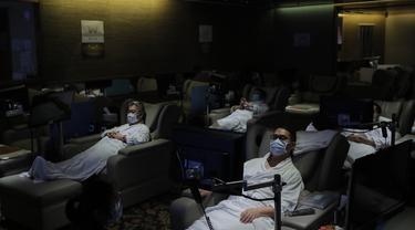 Staf mengenakan masker saat mendemonstrasikan langkah-langkah pengamanan COVID-19 di Hong Kong, Kamis (17/9/2020). Pejabat pemerintah mengatakan akan semakin melonggarkan langkah-langkah jarak sosial, mengizinkan bar, taman hiburan, dan kolam renang untuk kembali dibuka. (AP Photo/Kin Cheung)