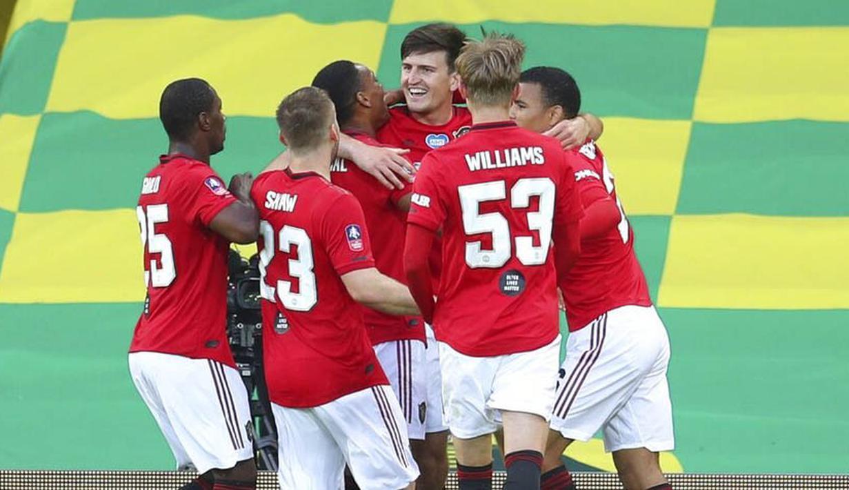 Para pemain Manchester United merayakan gol yang dicetak oleh Harry Maguire ke gawang Norwich City pada laga Piala FA di Carrow Road, Norwich, Sabtu (27/6/2020). Manchester United menang 2-1 atas Norwich City. (AP/Catherine Ivill)