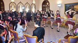 Grup musik Jepang, AKB48 tampil di hadapan PM Thailand, Prayut Chan-O-Cha di Gedung Pemerintahan di Bangkok, Kamis (13/8). Keenam member AKB48 menari dengan lagu populer mereka yang berjudul Koi Suru Fortune Cookie. (HO/ROYAL THAI GOVERNMENT/AFP)